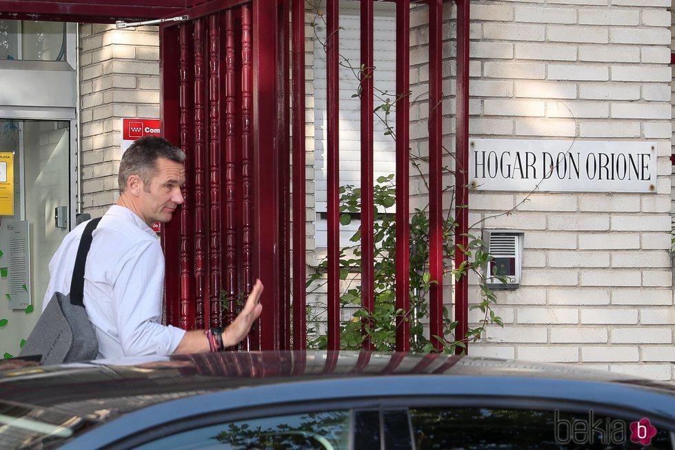 Iñaki Urdangarin saludando en su primer día de voluntariado
