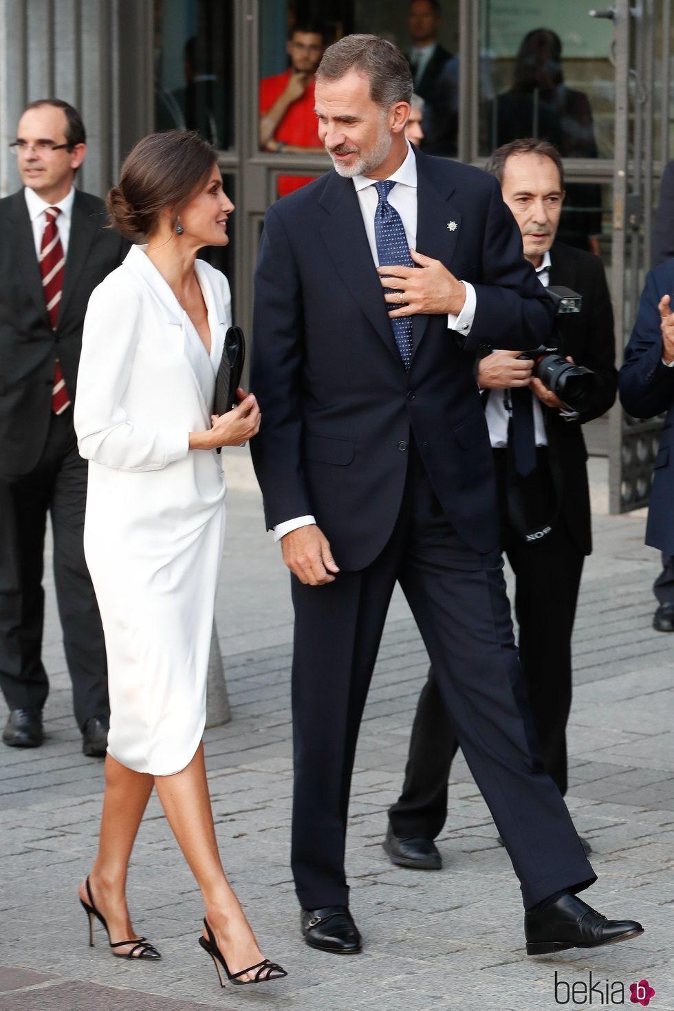Los Reyes Felipe y Letizia, muy cómplices en la inauguración de la temporada 2019/2020 del Teatro Real