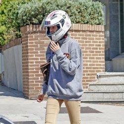 Victoria Federica con casco de moto en su primer día de universidad