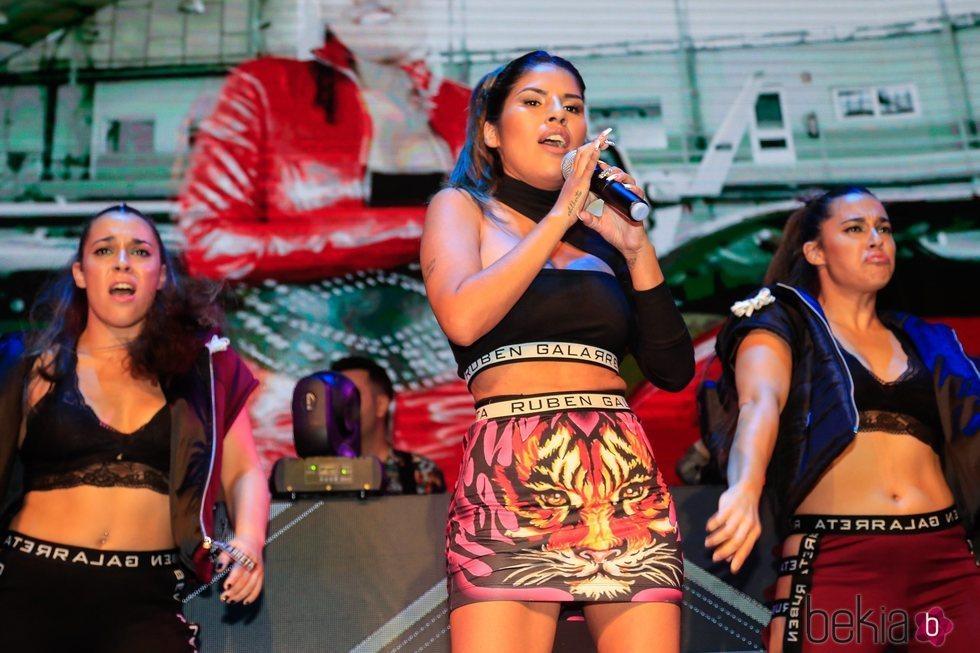 Chabelita Pantaja cantando su single 'Ahora estoy mejor' en su presentación