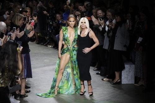 Jennifer Lopez y Donatella Versace en el desfile para Verano 2020