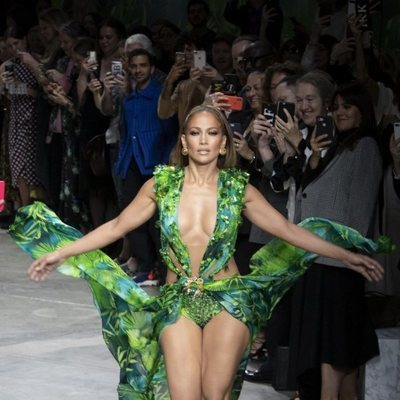 Jennifer Lopez desfilando para Versace con una réplica del 'jungle dress'