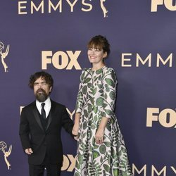 Peter Dinklage y Erica Schmidt en los Emmy 2019