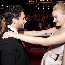 Kit Harington y Sophie Turner se saludan en los Emmy 2019 en su reencuentro tras el final de 'Juego de Tronos'