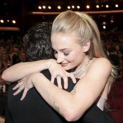 Kit Harington y Sophie Turner se abrazan en los Emmy 2019 en su reencuentro tras el final de 'Juego de Tronos'