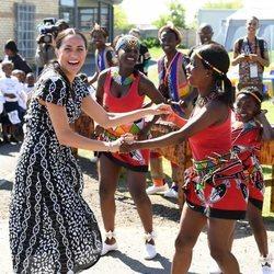 Meghan Markle bailando en su viaje oficial a Ciudad del Cabo