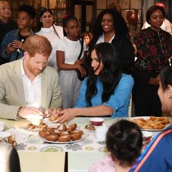 Meghan Markle y el Príncipe Harry, comiendo dulces en un centro de acogida en Ciudad del Cabo