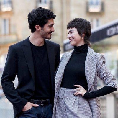 Chino Darín y Úrsula Corberó compartiendo miradas en la presentación de 'La odisea de los giles'
