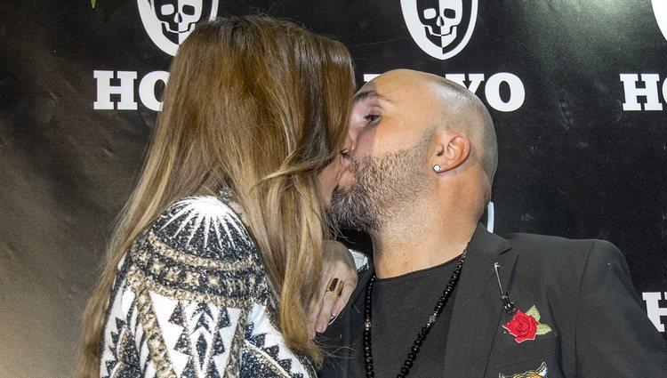 Kiko Rivera e Irene Rosales besándose en la presentación de su discoteca en Sevilla
