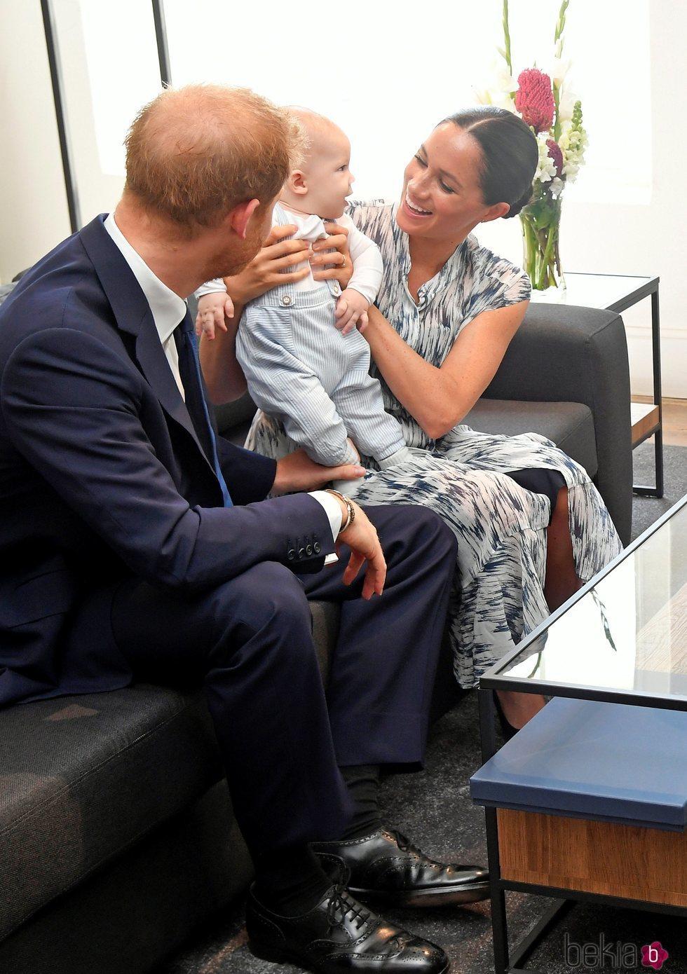 Archie Harrison en su primer acto oficial en Sudáfrica con el Príncipe Harry y Meghan Markle