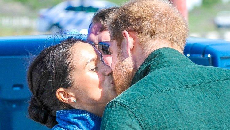 El Príncipe Harry y Meghan Markle se dan un beso en Sudáfrica