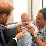 El Príncipe Harry y Meghan Markle jugando con Archie Harrison en Sudáfrica