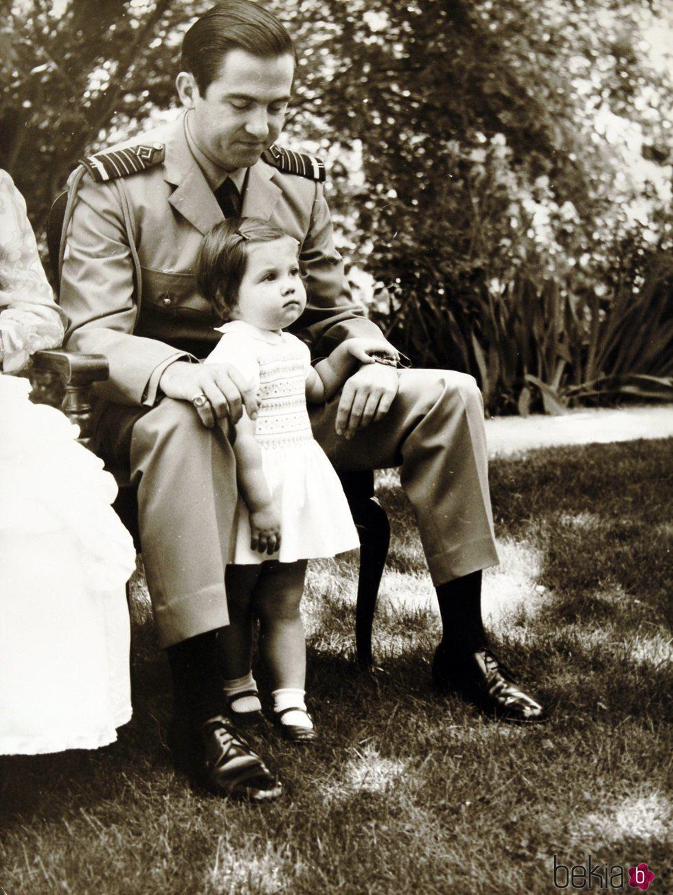 Alexia de Grecia cuando era pequeña con Constantino de Grecia