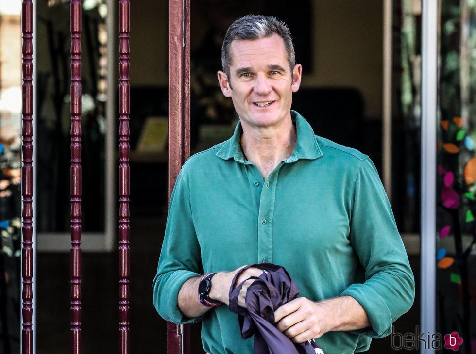 Iñaki Urdangarin luce una sonrisa a su salida del centro en el que realiza un voluntariado