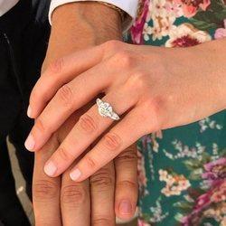 La Princesa Beatriz de York mostrando su anillo de compromiso
