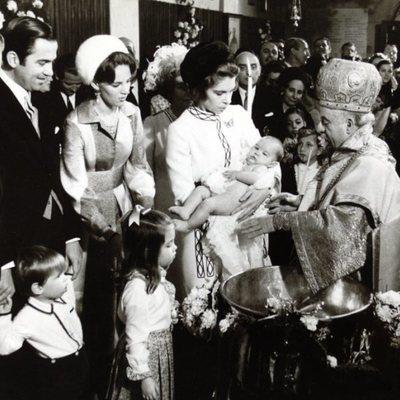 Nicolás de Grecia en su bautizo en brazos de Irene de Grecia y en presencia de Constantino de Ana María de Grecia y sus hijos Alexia y Pablo de Grecia