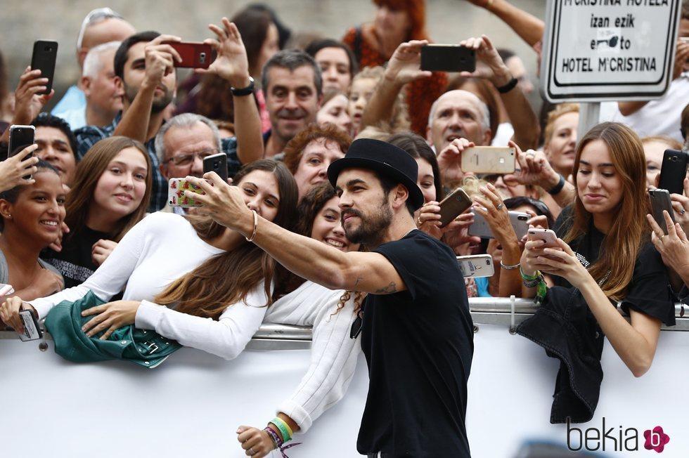 Mario Casas saludando a sus fans en el Festival de Cine de San Sebastián 2019
