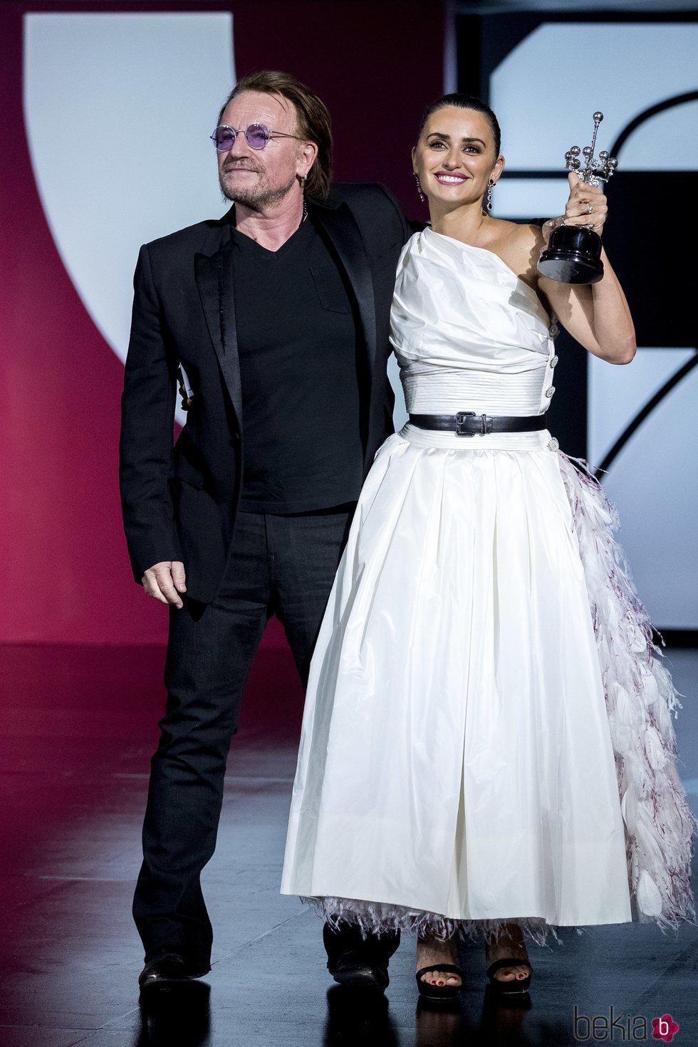 Penélope Cruz con Bono, de U2, recogiendo el Premio Donostia en el Festival de Cine de San Sebastián 2019