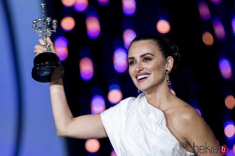 Penélope Cruz con el Premio Donostia en el Festival de Cine de San Sebastián 2019