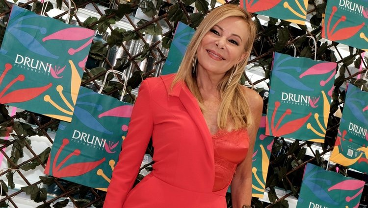 Ana Obregón, sonriente en la presentación de una perfumería en Sevilla