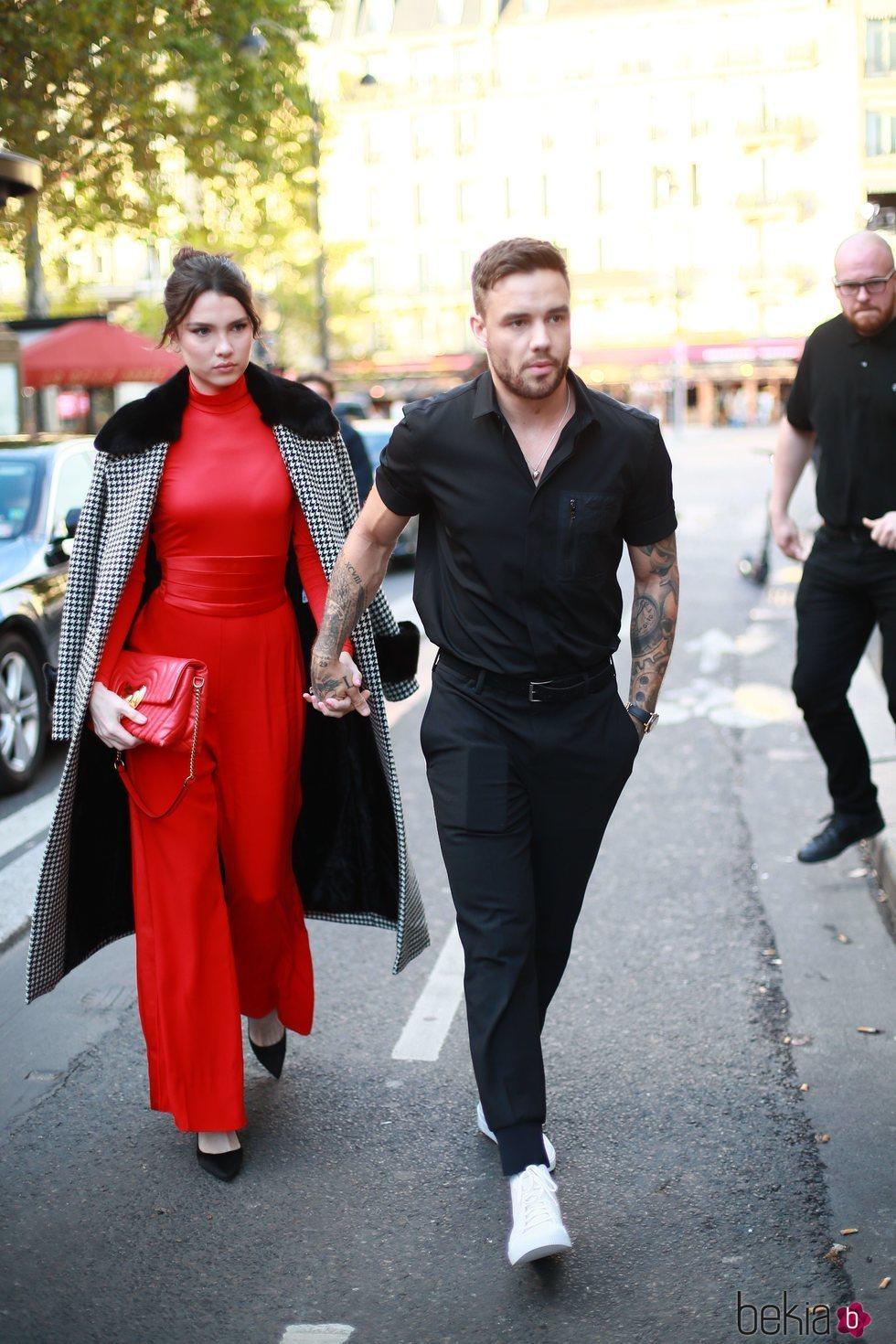 Liam Payne con su novia Maya Henry llegando al desfile de Rita Ora en Paris Fashion Week