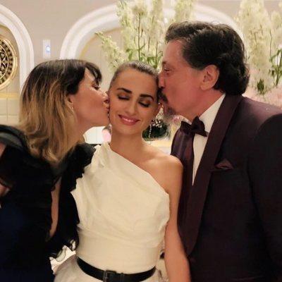 Penélope Cruz celebrando que ha ganado el premio Donostia 2019 con sus cuñados Cecilia Gessa y Carlos Bardem