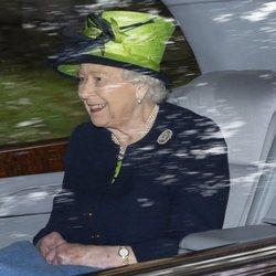 La Reina Isabel de camino a la iglesia en Balmoral