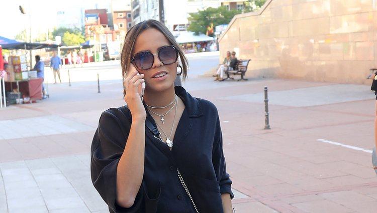 Gloria Camila hablando por teléfono de camino a una corrida de toros de Madrid