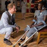 El Príncipe Harry con Sandra Tigica, superviviente de las minas antipersona que conoció a Lady Di