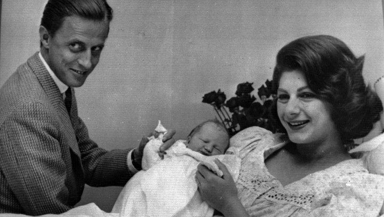 El Barón Thyssen y Fiona Campbell posan con su hija Francesca recién nacida