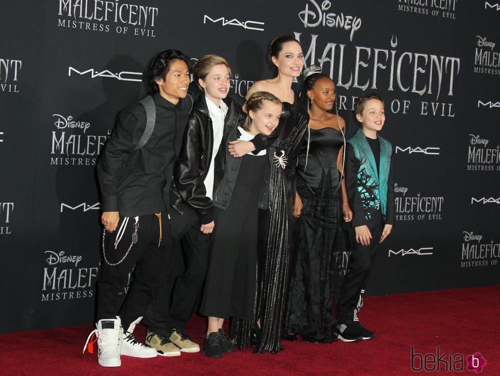 Angelina Jolie junto a sus hijos en la premiere de la película 'Maléfica 2'