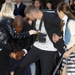 Un hombre agarrándose a la pierna de Justin Timberlake a su llegada al desfile de Louis Vuitton en París