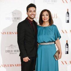 Isabel Gemio con su hijo Diego en la Gala del XX aniversario de 'Malleolus Bodegas'