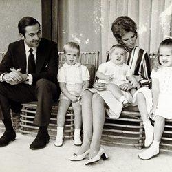Constantino y Ana María de Grecia con sus hijos Alexia, Pablo y Nicolás cuando eran pequeños
