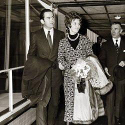 Constantino y Ana María de Grecia en el aeropuerto de Londres