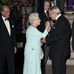 Constantino de Grecia saluda a la Reina Isabel y al Duque de Edimburgo en su 70 cumpleaños
