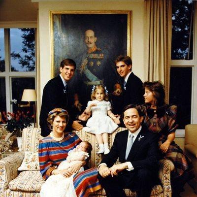 Felipe de Grecia de bebé con los Reyes Constantino y Ana María de Grecia, Alexia, Pablo, Nicolás y Theodora de Grecia