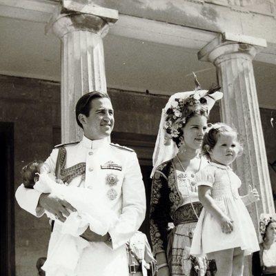 Constantino y Ana María de Grecia con su hija Alexia y su hijo Pablo de bebé