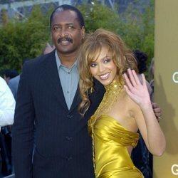 Beyoncé con su padre Mathew Knowles en los Premios Grammy 2004