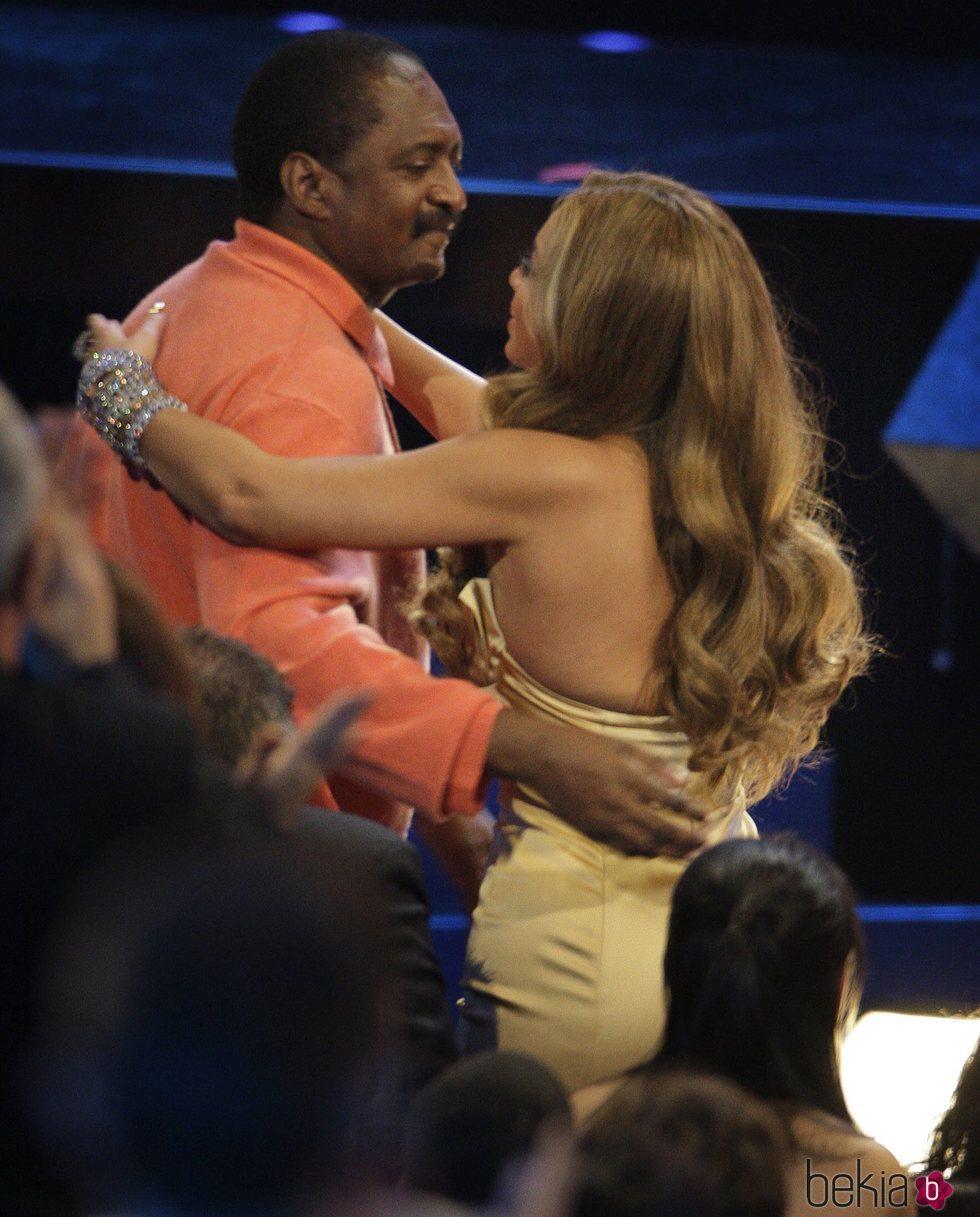 Beyoncé saludando a su padre Mathew Knowles en los American Music Awards 2007