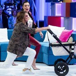 Pilar Rubio enseñando a hacer ejercicios a Toñi Moreno en 'Aquellos maravillosos años'