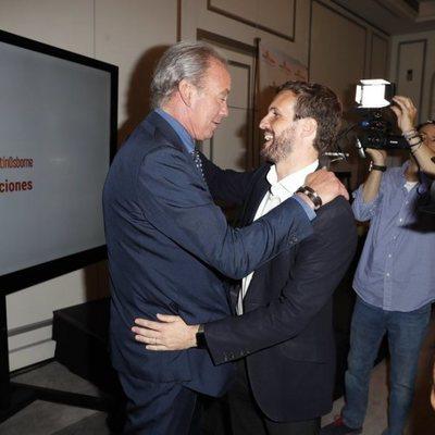 Bertín Osbrone y Pablo Casado saludándose en la presentación de la nueva campaña de la Fundación Bertín Osborne