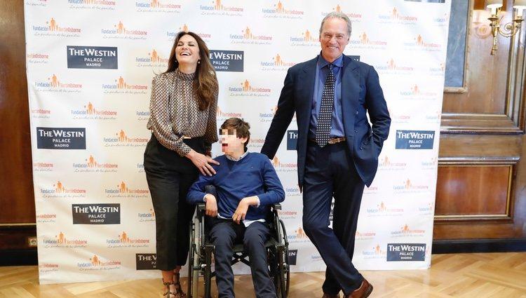 Bertín Osborne y su mujer Fabiola Martínez con su hijo Kike en la presentación de la nueva campaña de la Fundación Bertín Osborne