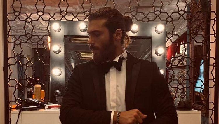 Can Yaman vestido con traje