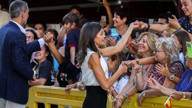 Los Reyes Felipe y Letizia, saludando a la gente en Orihuela