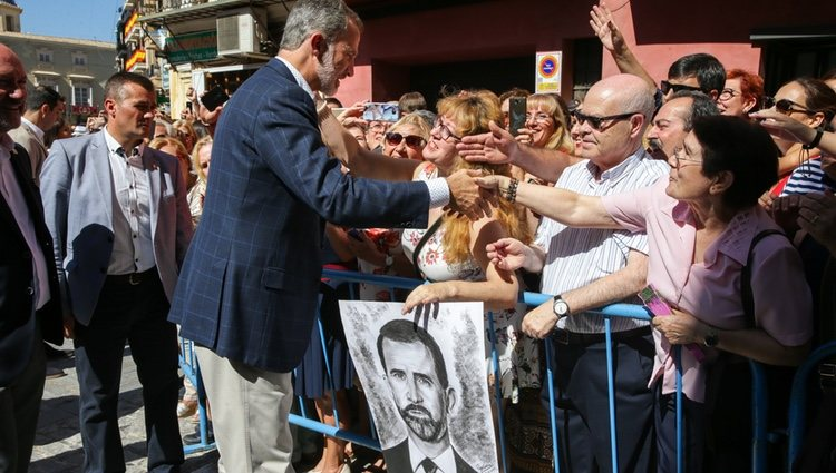 El Rey Felipe VI recibiendo un cuadro con su retrato en su visita a Orihuela