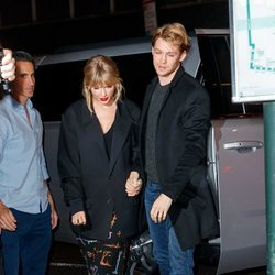 Taylor Swift y Joe Alwyn acudiendo a la aftermovie de 'Saturday Night Live'