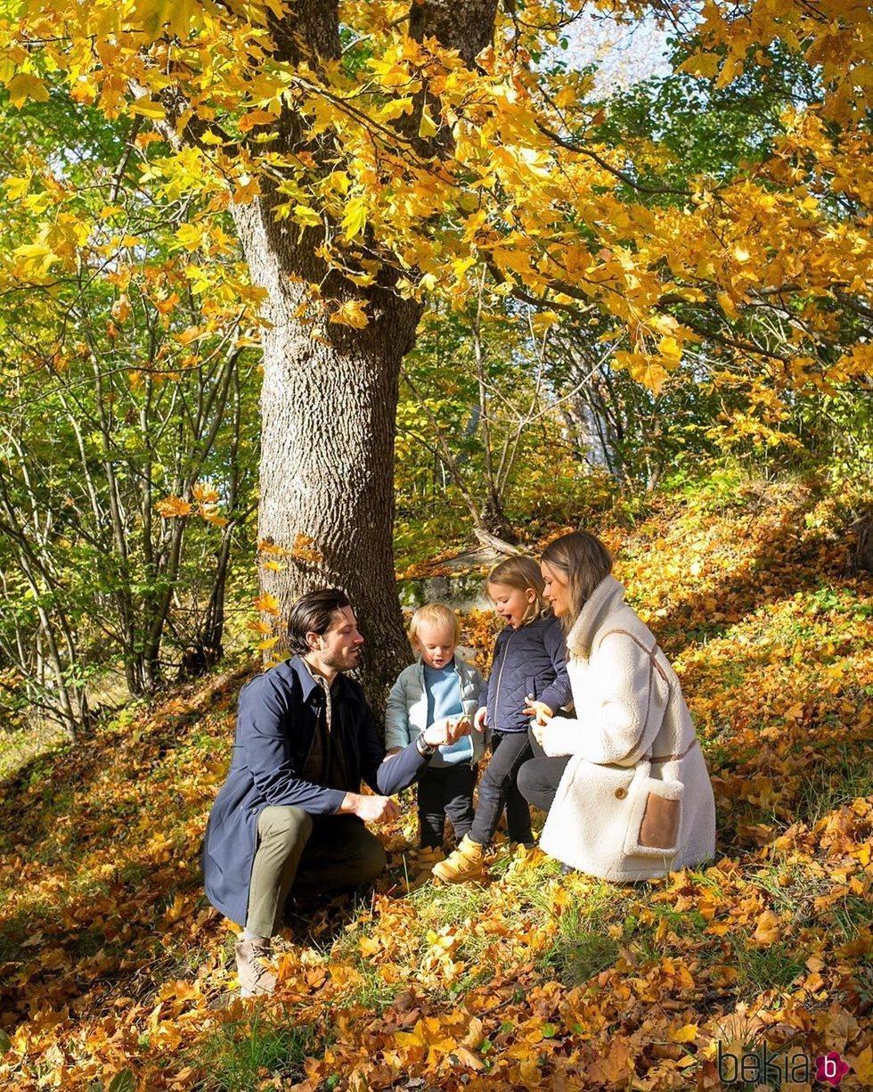 Carlos Felipe de Suecia y Sofia Hellqvist con sus hijos Alejandro y Gabriel en un paisaje otoñal
