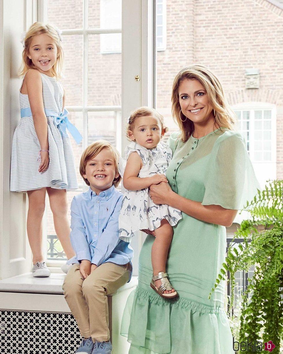Magdalena de Suecia con sus hijos Leonor, Nicolás y Adrienne de Suecia