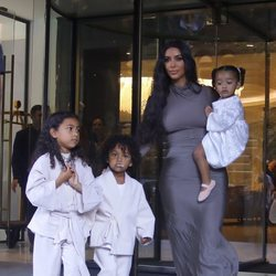 Kim Kardashian con sus hijos North, Saint y Chicago West en Armenia